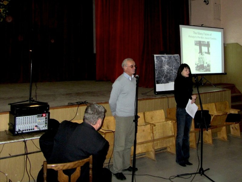Marla Raucher Osborn speaks to students in Rohatyn © Marla Raucher Osborn