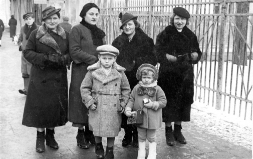 Before the war: Józef Lipman with cousin Rózia Grynszpan, mother and aunts. Behind Józef (from left to right): aunt Regina, mother Etka Lipman, aunt Fanka and aunt Zofia © Józef Lipman