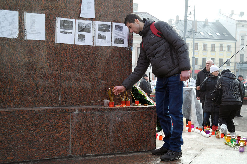 In the morning at Central Square - people commemorate the victims of the last days