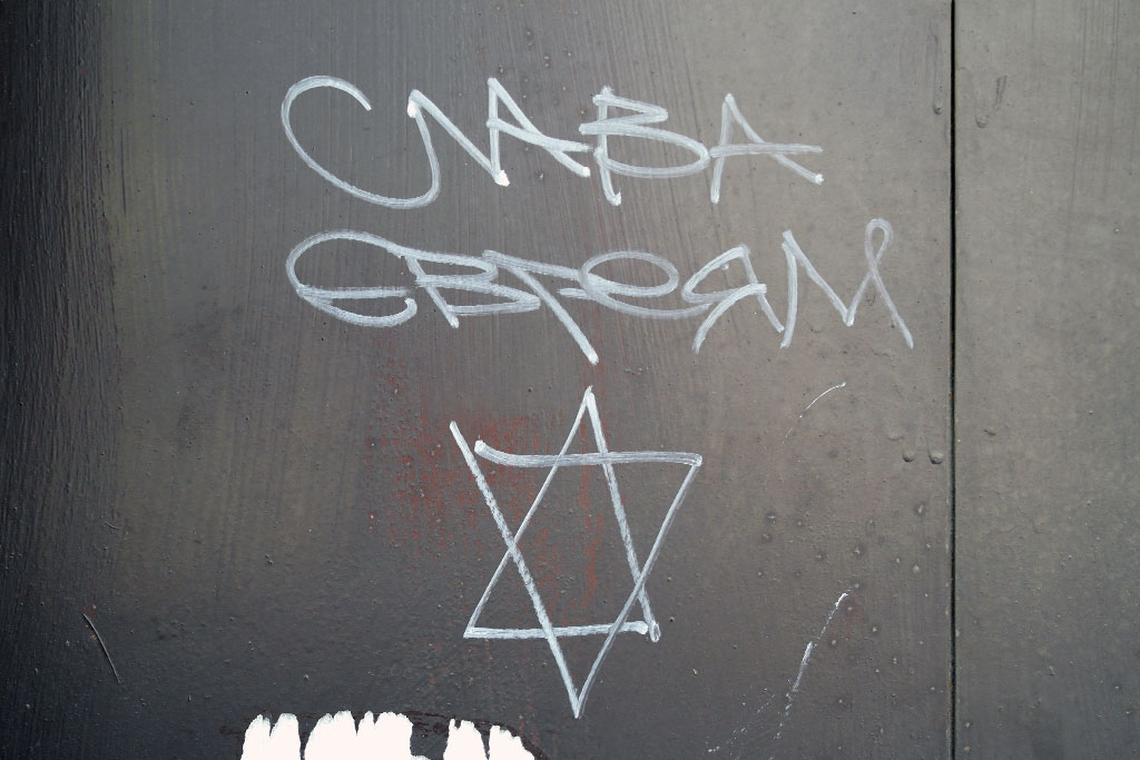 "The graffiti says ""Glory to the Jews""."