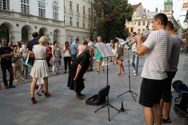 Street musicians in front of the town hall