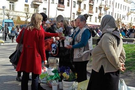 Czernowitz - buying flowers from the babushkas