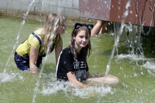 Czernowitz/Chernivtsi - having fun in the fountain