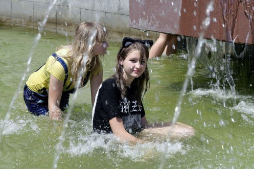 Czernowitz/Chernivtsi - having fun in the fountain