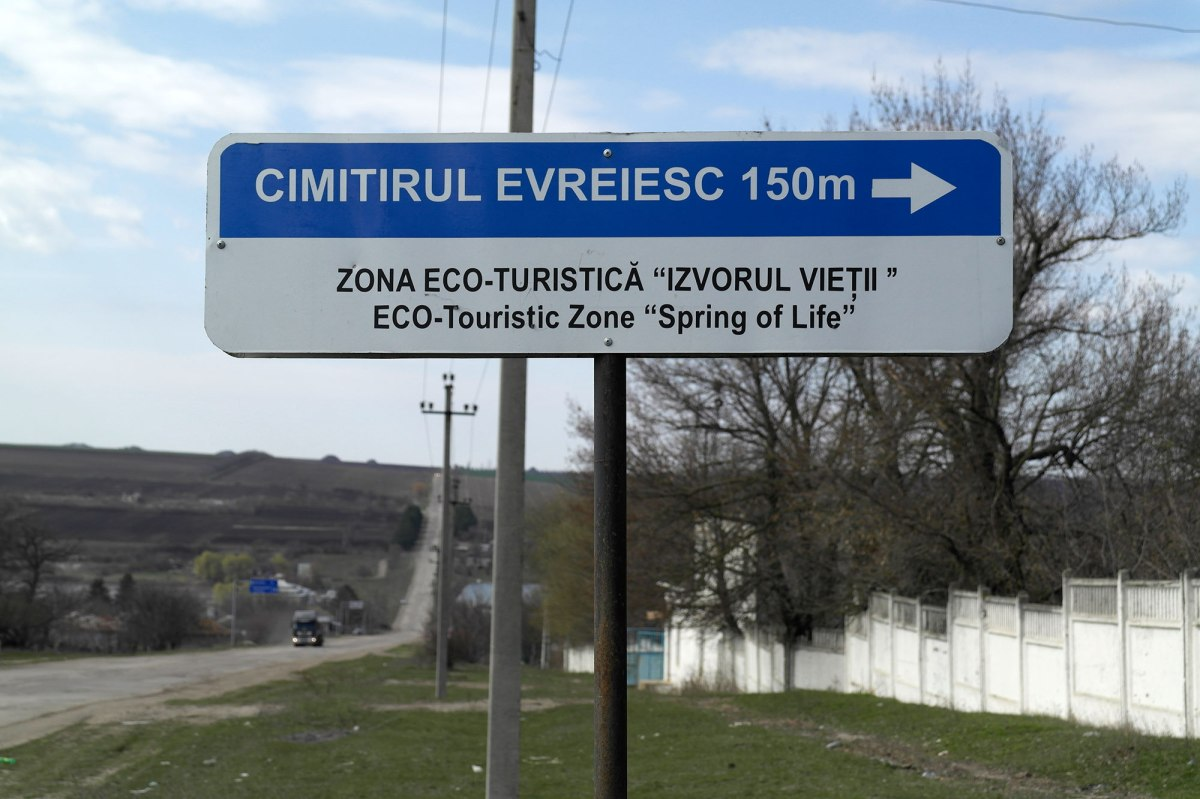 Zguriţa - signpost to the Jewish cemetery