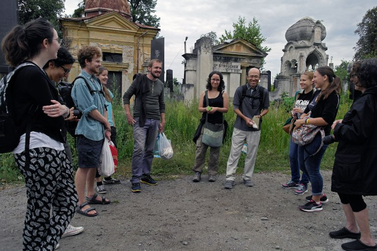 Volunteers at the Jewish cemetery of Chernivtsi (Czernowitz)
