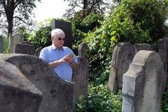 Czernowitz Jewish cemetery - Arthur Rindner praying at the grave of his grandfather