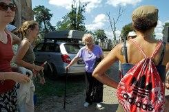 Mimi Taylor meeting the volunteers working in the Jewish cemetery of Chernivtsi (Czernowitz)