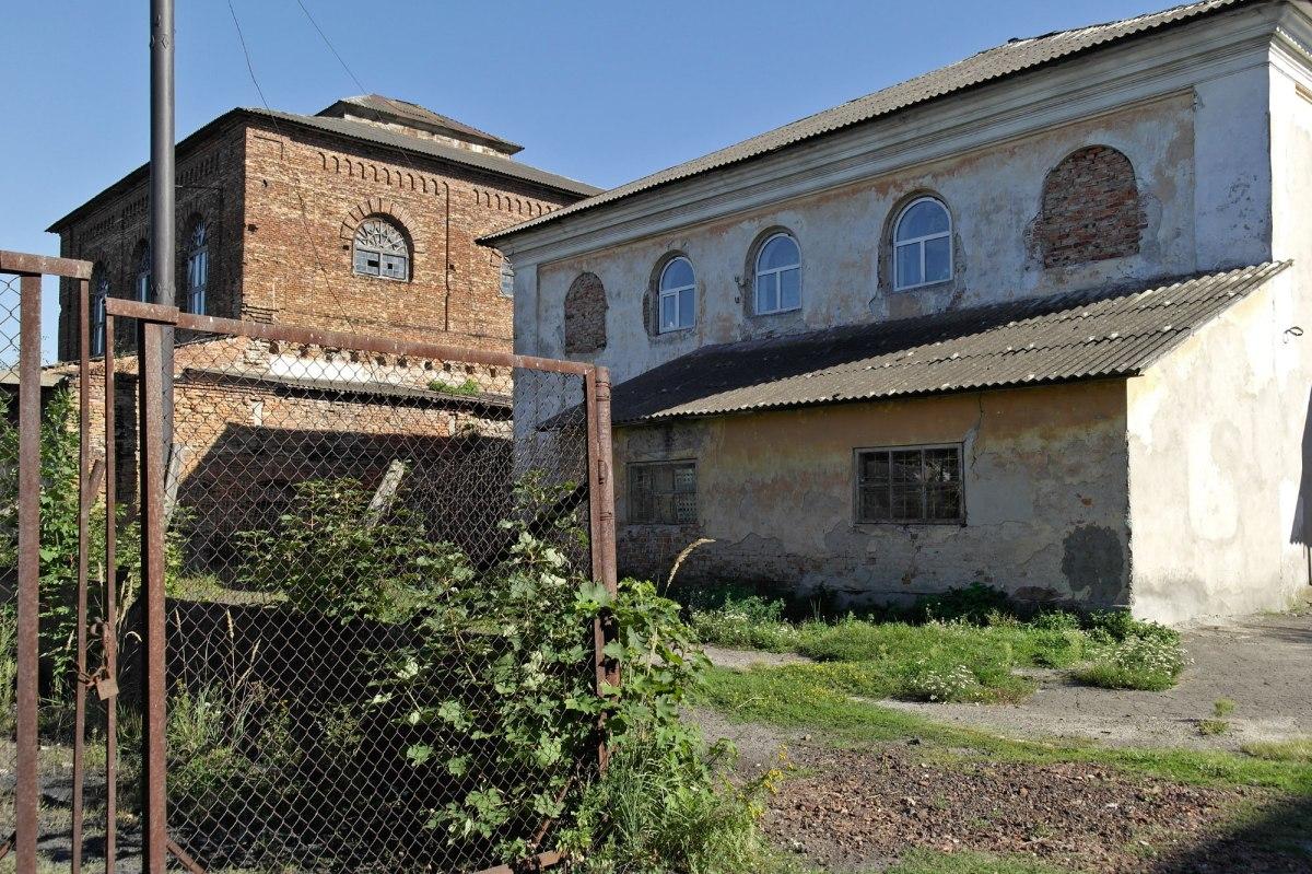 Uhniv - beit midrash and synagogue
