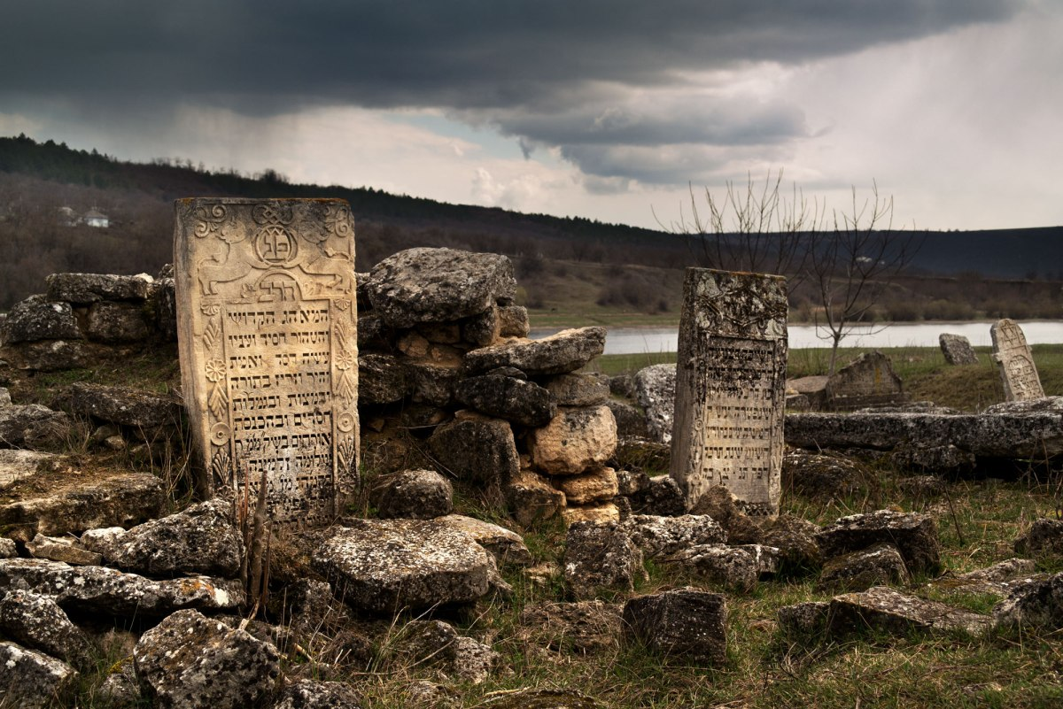 Vadul-Raşcov Jewish cemetery in March 2016