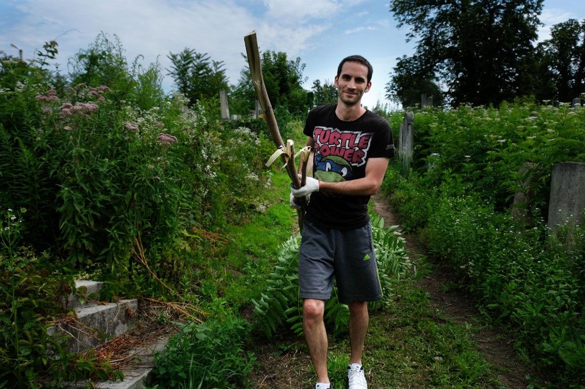 Cemetery clean-up in Chernivtsi (Czernowitz)