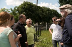 Talking with representatives of Zolochiv at the Jewish cemetery
